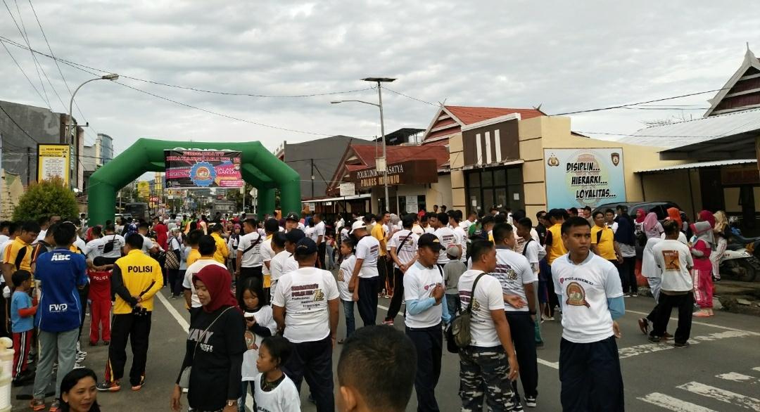 Gelorahkan HUT Bhayangkara, Masyarakat di Mamuju Ikut Jalan Santai Berhadiah Motor