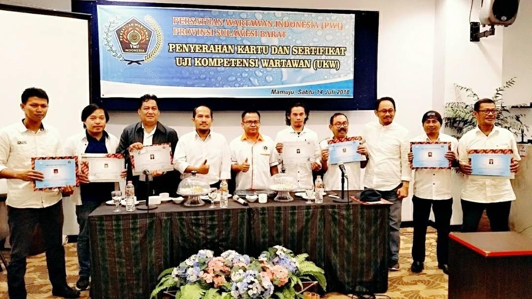 Ketua PWI Sulbar Serahkan Sertifikat Kompetensi Wartawan