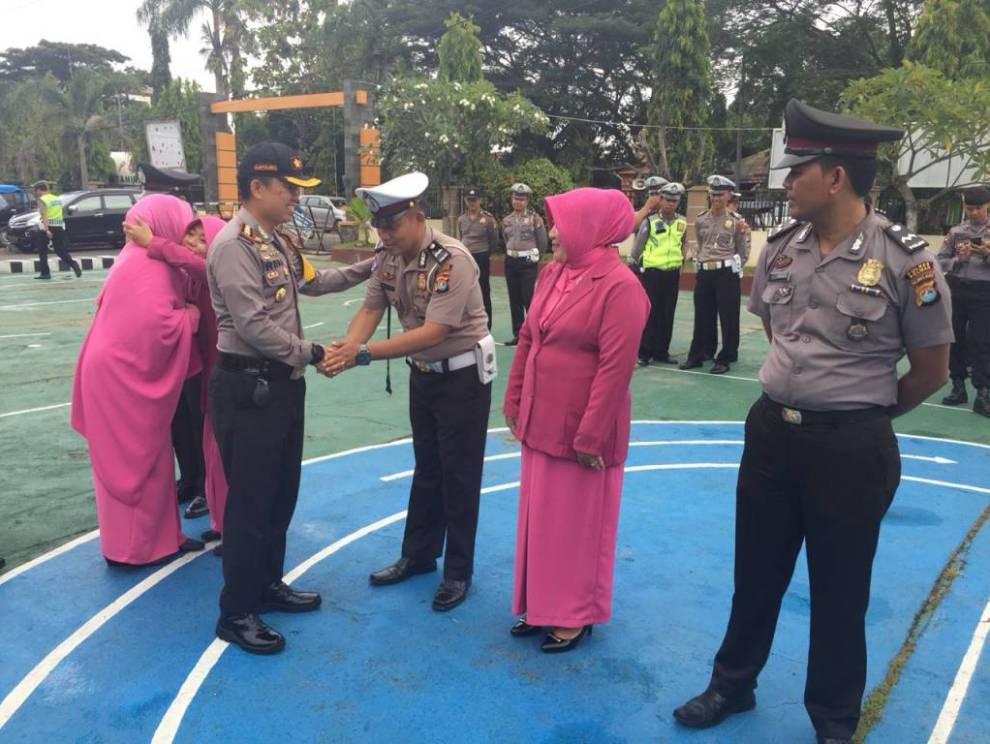 Gambar Moment HUT Bhayangkara, Enam Polisi di Polman Naik Pangkat