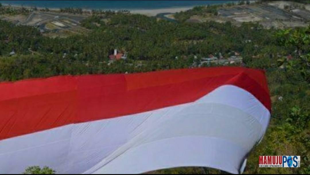 Gambar Bendera Merah Putih Raksasa Dibentangkan di Situs Sejarah Majene
