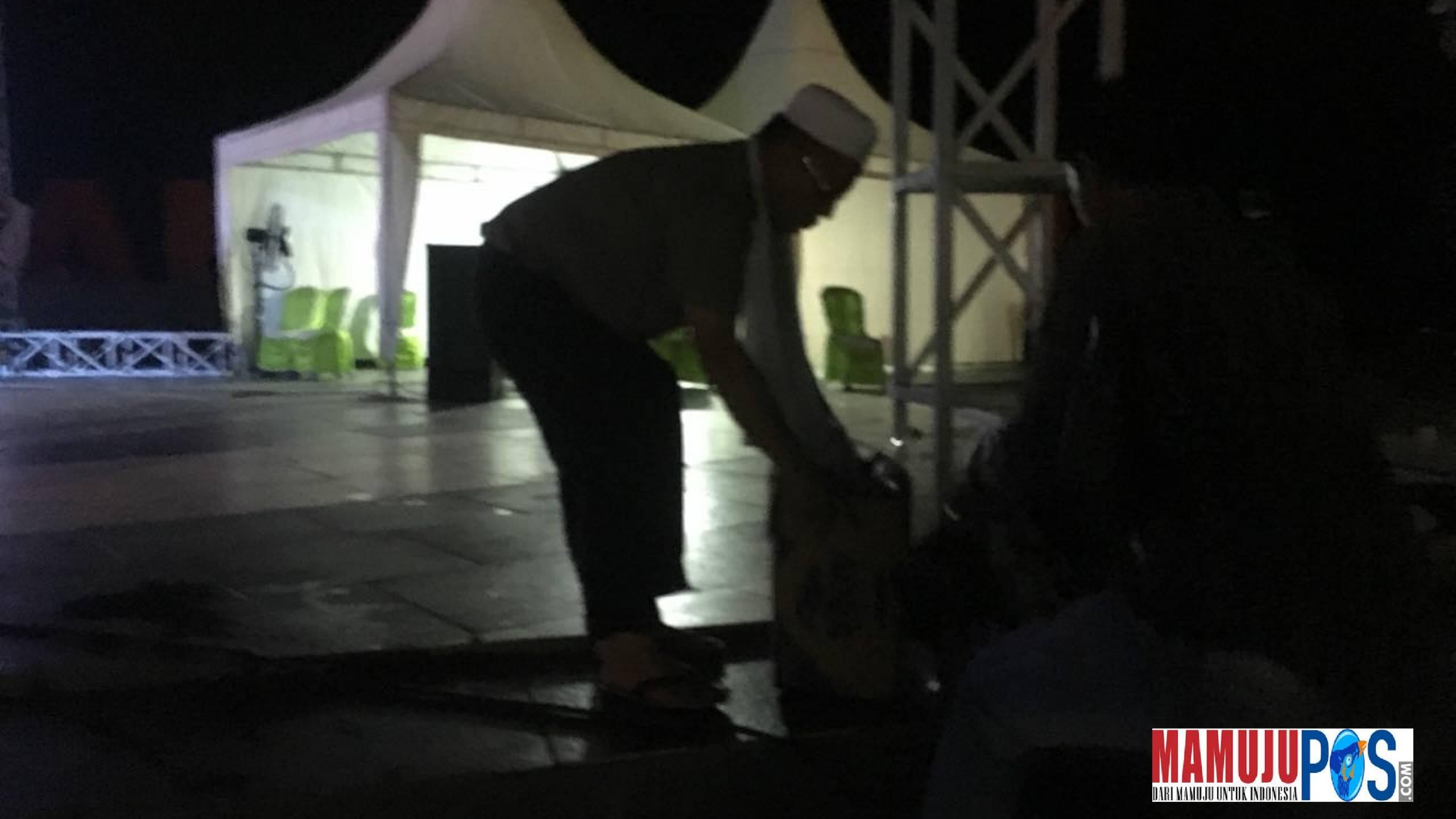 Gambar Salut! Usai Shalawat Akbar, Kapolda Sulbar Bersih-bersih Anjungan Manakarra