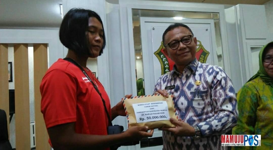 Bupati Mamuju, H. Habsi Wahid serahkan hadiah ke atlet dayung perwih medali perak, Ramlah Baharuddin.
