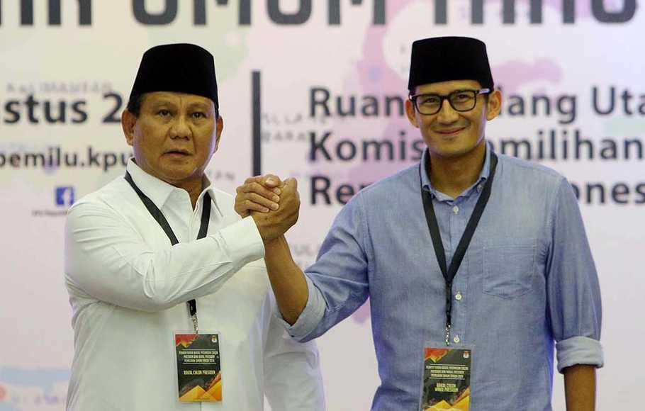 Pasangan calon presiden dan wakil presiden Prabowo Subianto (kiri) dan Sandiaga Uno (kanan) melakukan salam komando di atas podium usai pendaftaran di Kantor KPU, Jakarta, Jumat (10/8/2018).