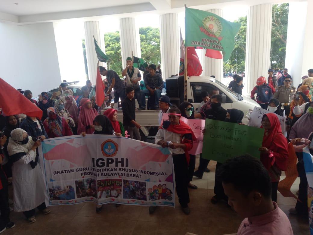 foto Gubernur Tinggalkan Massa, Aksi Demo Memanas