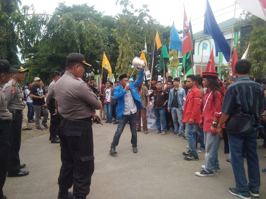 Gambar Tuntut Ini, Ratusan Mahasiswa Demo ke Polres Polman