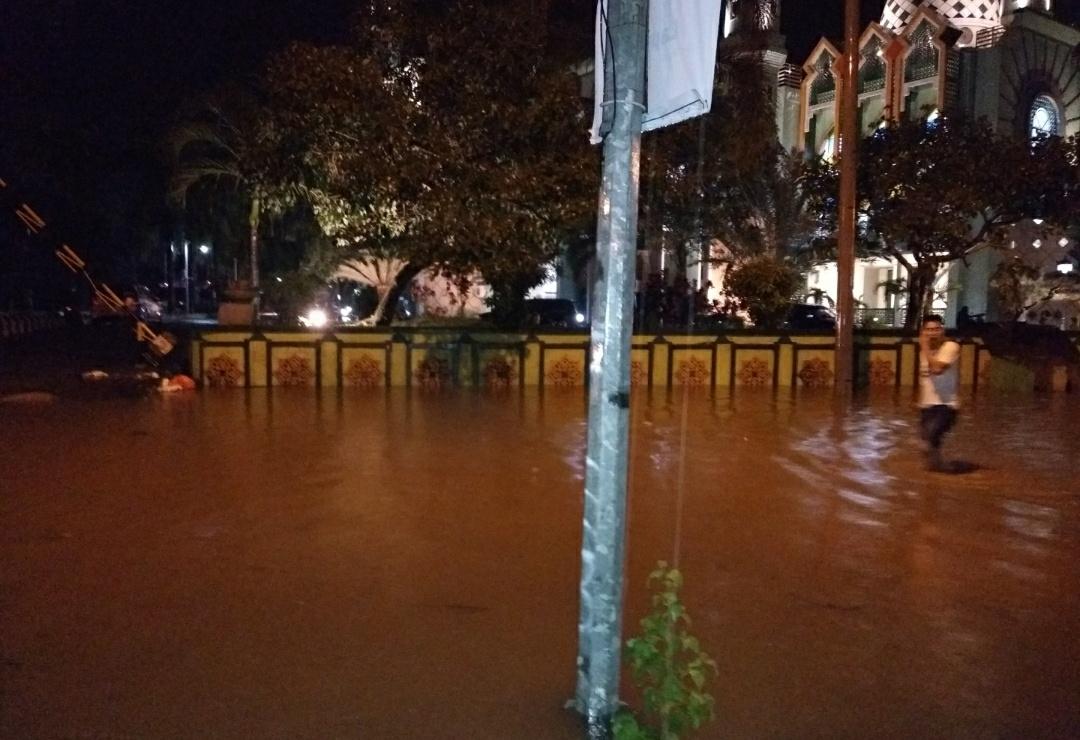 Banjir Melanda Kota Mamuju. Warga Diungsikan ke Masjid Raya