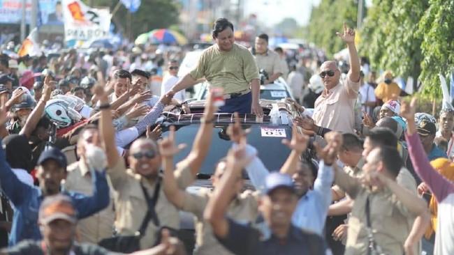 Prabowo Berikan Bajunya Untuk Eks Bupati Merauke