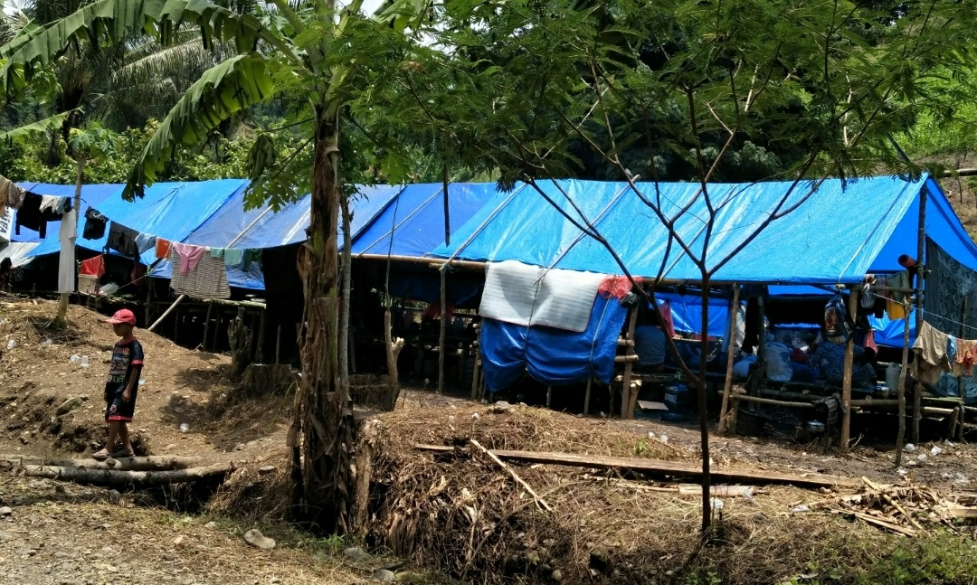 Gambar Pengungsi Gunung Retak Tak Berdaya, Pertolongan Diharapkan