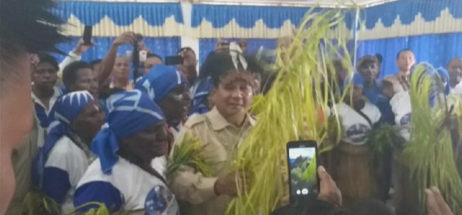 Disambut Tari Gatsi di Merauke, Prabowo Ikut Menari