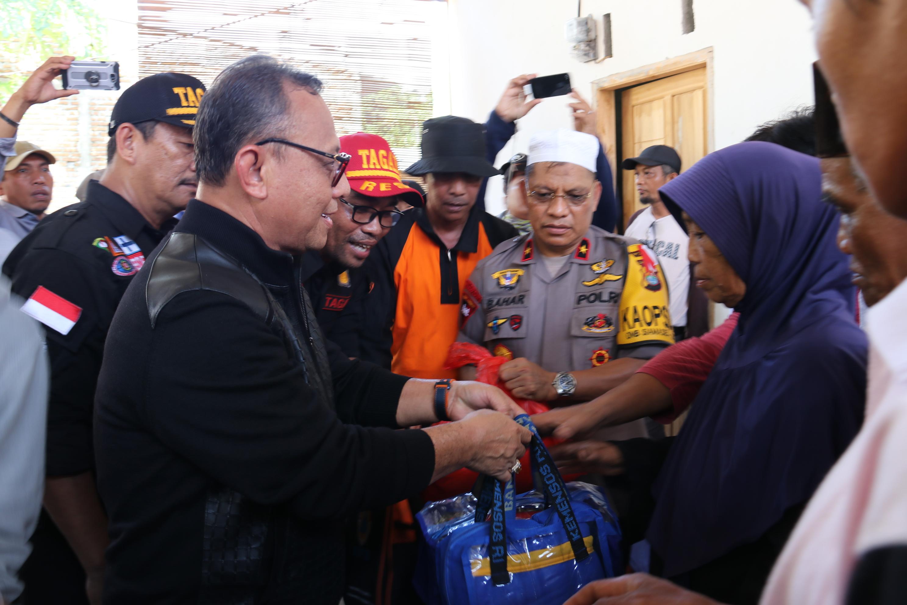 Bupati Tinjau dan Beri Bantuan Korban BanjirBandang di Kalukku