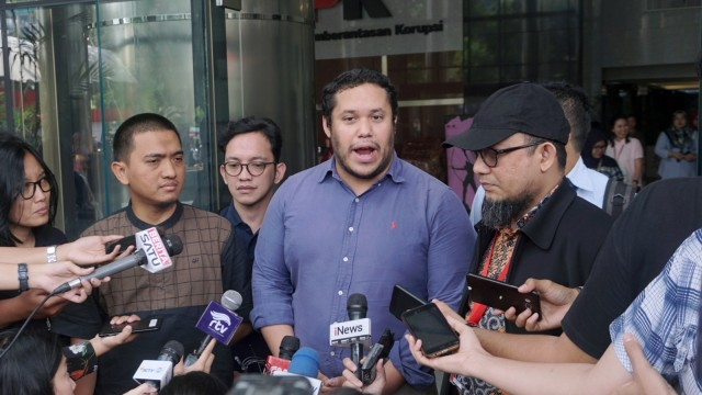Penyidik KPK, Novel Baswedan (kanan) dan Manajer Tim Advokasi Amnesty International untuk Asia Pasifik, Francisco Bencosme (tengah) memberikan keterangan pers di Gedung KPK, Jakarta, Jumat (26/4).