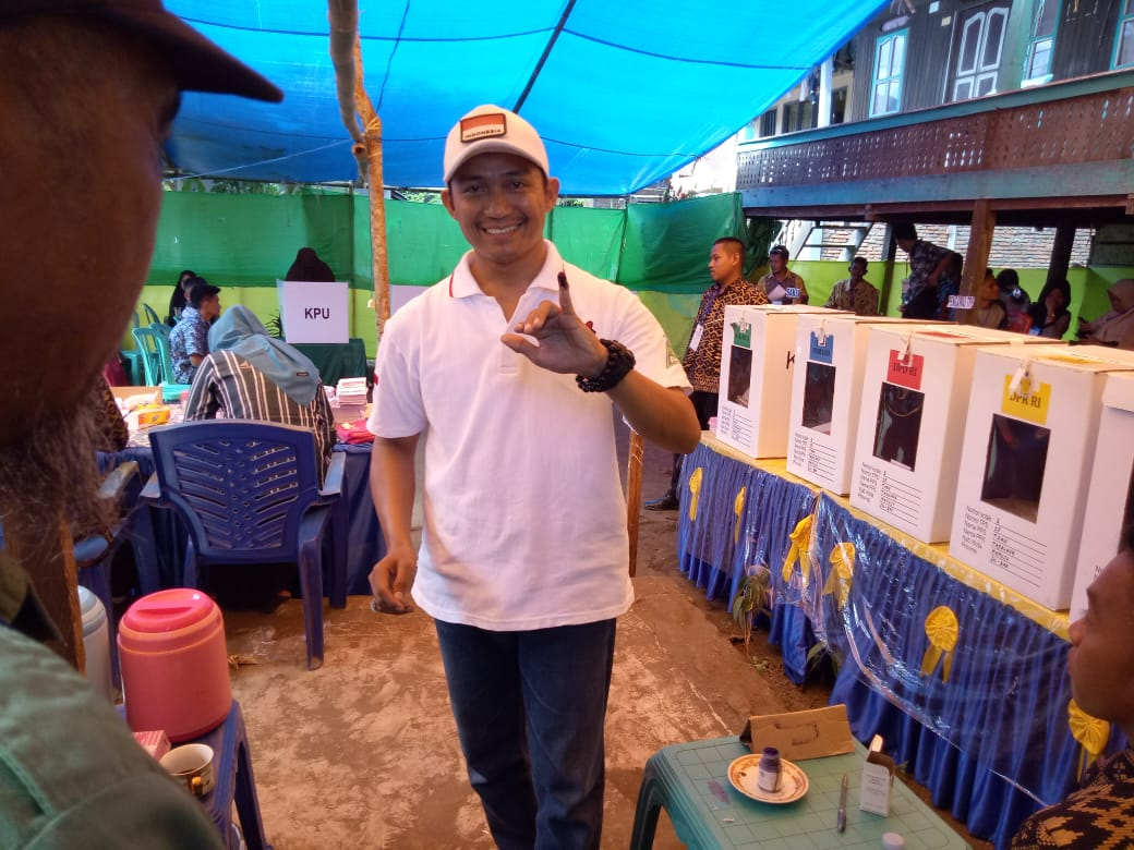 Gambar Pakai Baju Putih, Ketua PW GP Ansor Sulbar Gunakan Hak Pilih di TPS 07