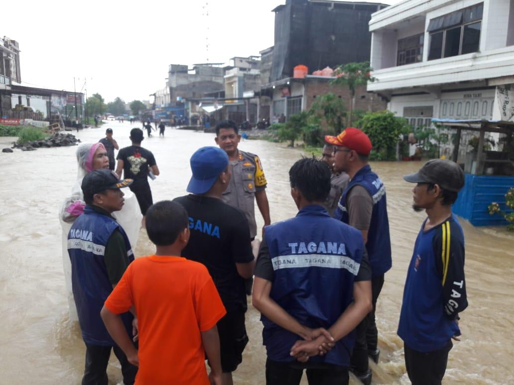 Gambar Kapolres Mamuju Tinjau Langsung Lokasi Banjir
