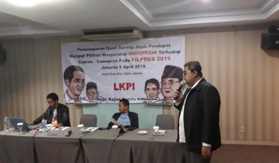 Direktur Eksekutif LKPI Tubagus Alvin saat memaparkan hasil survey terkait elektabilitas kedua paslon di Pilpres 2019.