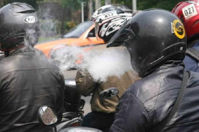 Gambar Pengendara Motor Ketahuan Merokok, Ditilang