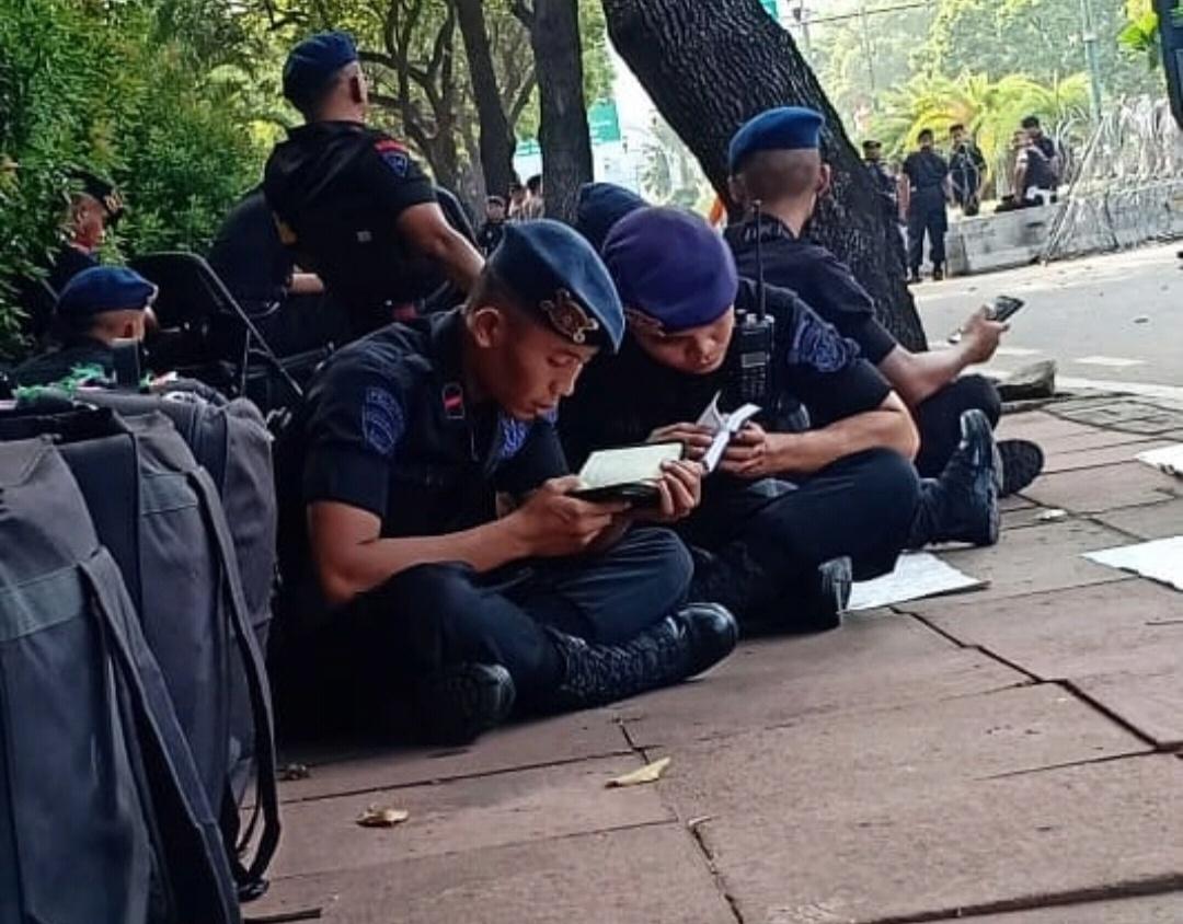 img Amankan Aksi, Brimob Polda Sulbar Luangkan Waktu Baca Al-Quran