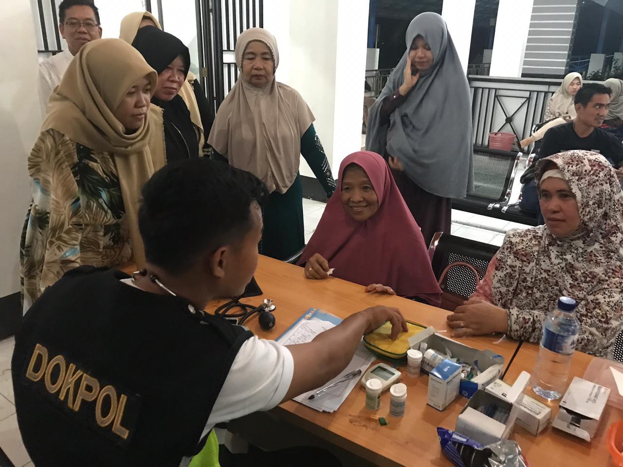Petugas Bidokkes Polda Sulbar memeriksa kondisi kesehatan pemudik