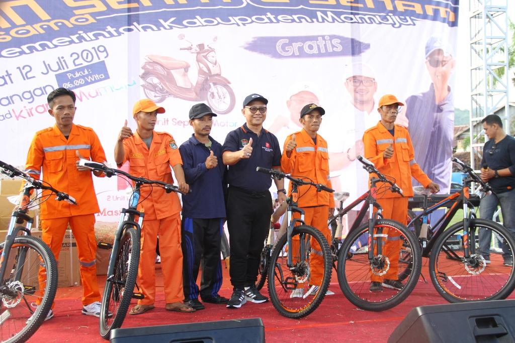 Gambar 5 Petugas Kebersihan Terima Hadiah Sepeda dari Bupati Mamuju
