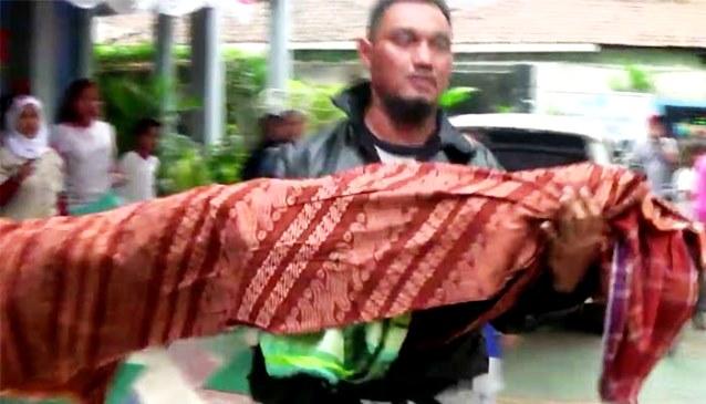 Gambar Ambulance Ogah Antar, Seorang Ayah Bopong Mayat Anaknya Pulang