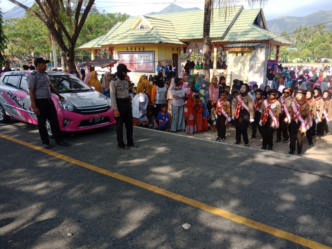 Gambar Lancarkan Gerak Jalan, Personil Polsek Sendana Atur Lalulintas