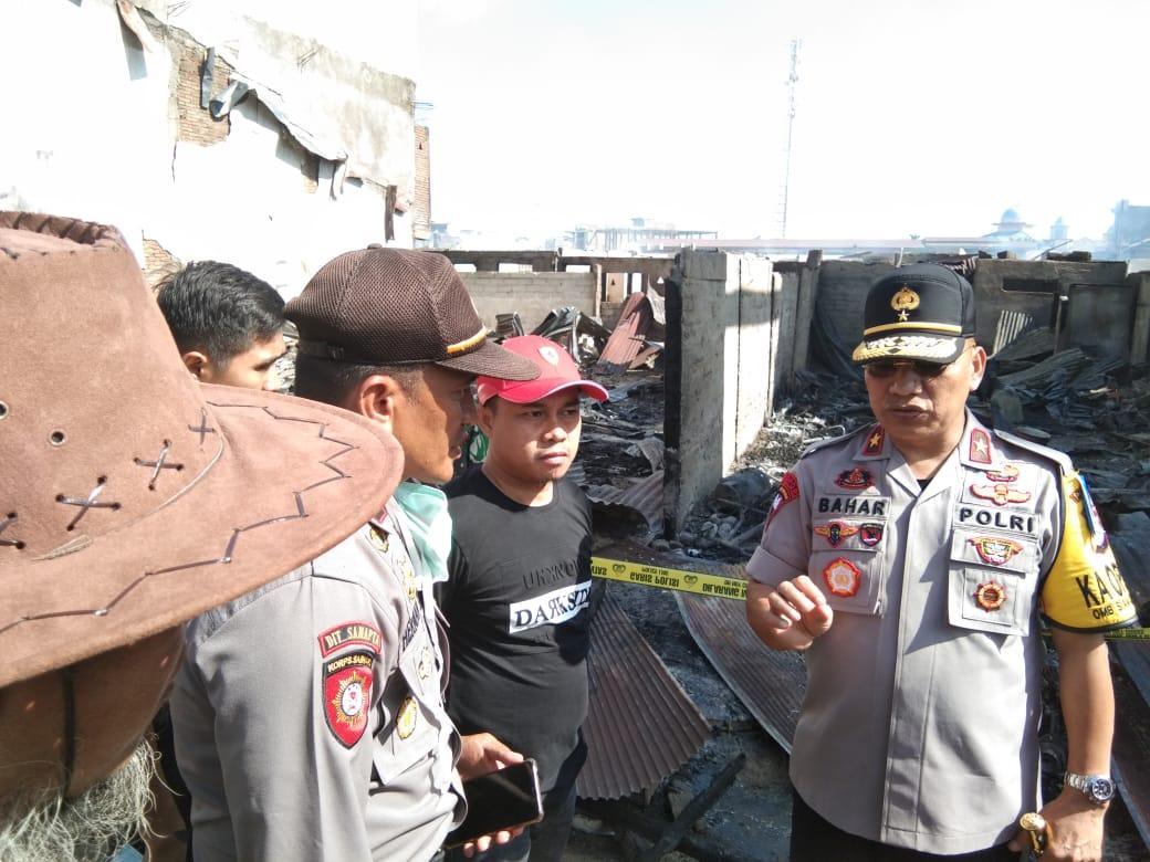 Gambar Kapolda Sulbar Kunjungi Korban Kebakaran Pasar Topoyo