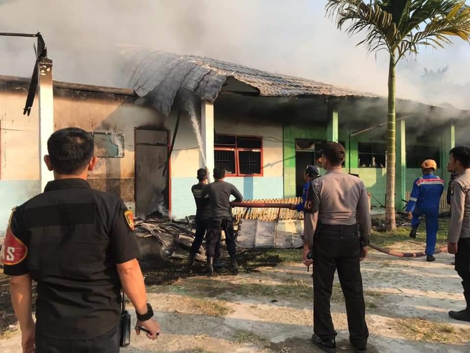 Gambar Madrasah Aliyah di Mamuju Terbakar