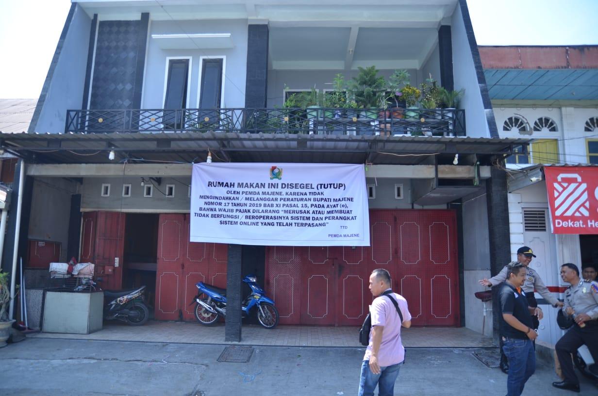 Gambar Ogah Bayar Pajak, Satu Rumah Makan di Majene Disegel
