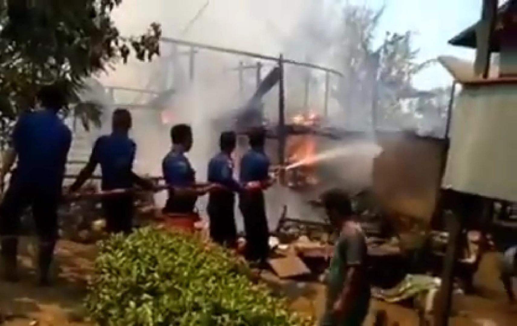 Gambar Dua Rumah Milik Warga di Polman Terbakar