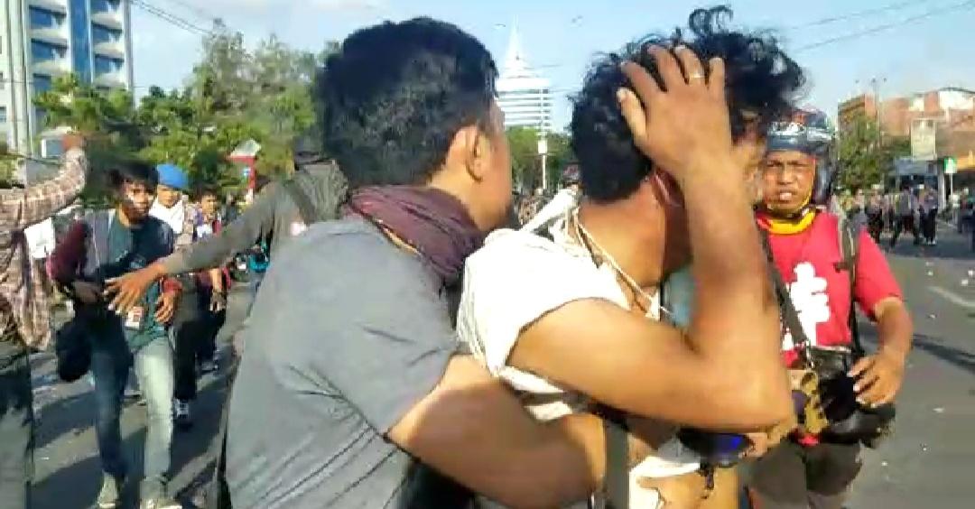 Gambar Video, Oknum Polisi Aniaya Wartawan Saat Meliput Demo