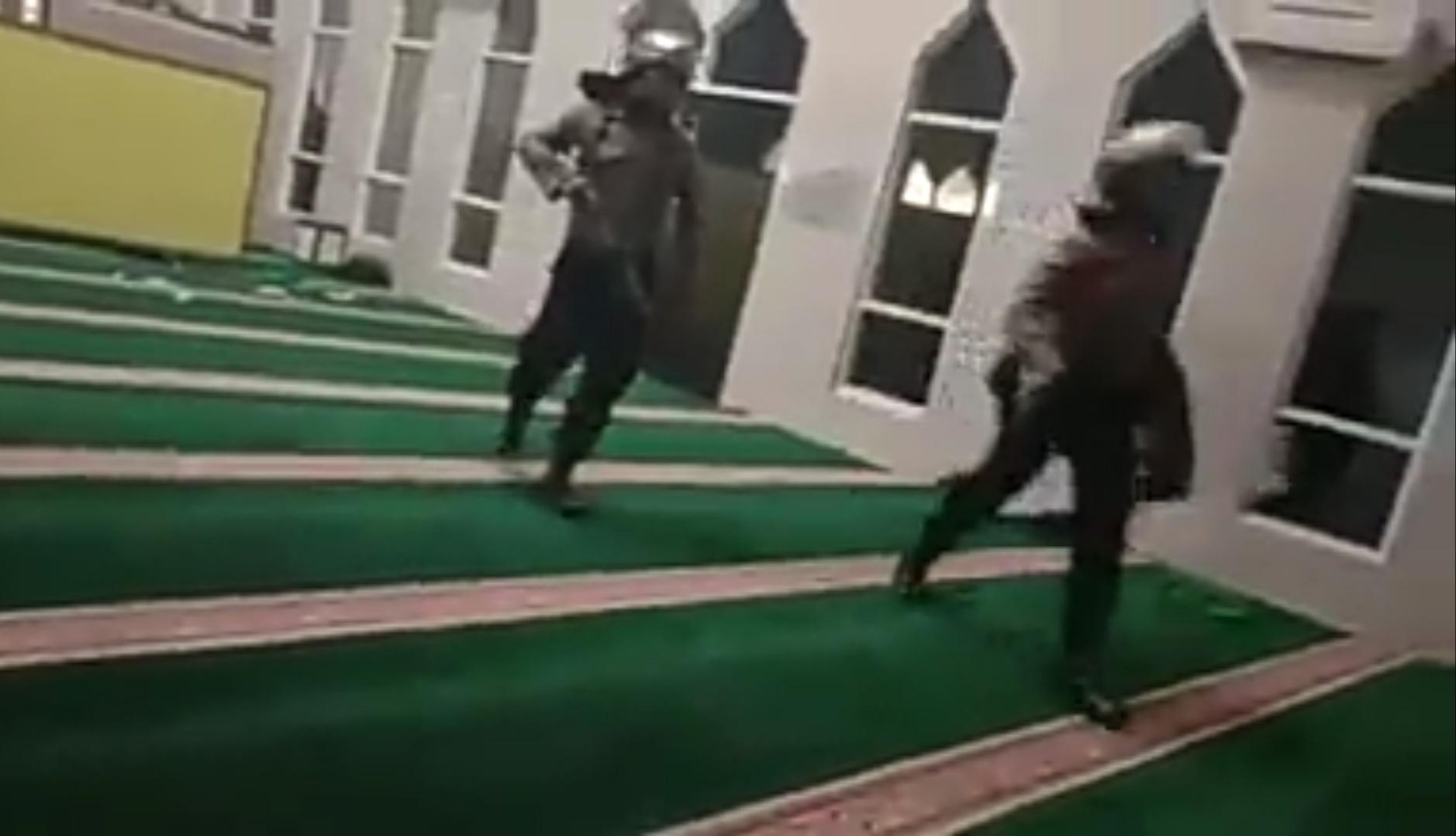 Gambar Dosen Unismuh Sebut Polisi Bersepatu ke Dalam Masjid Lecehkan Islam