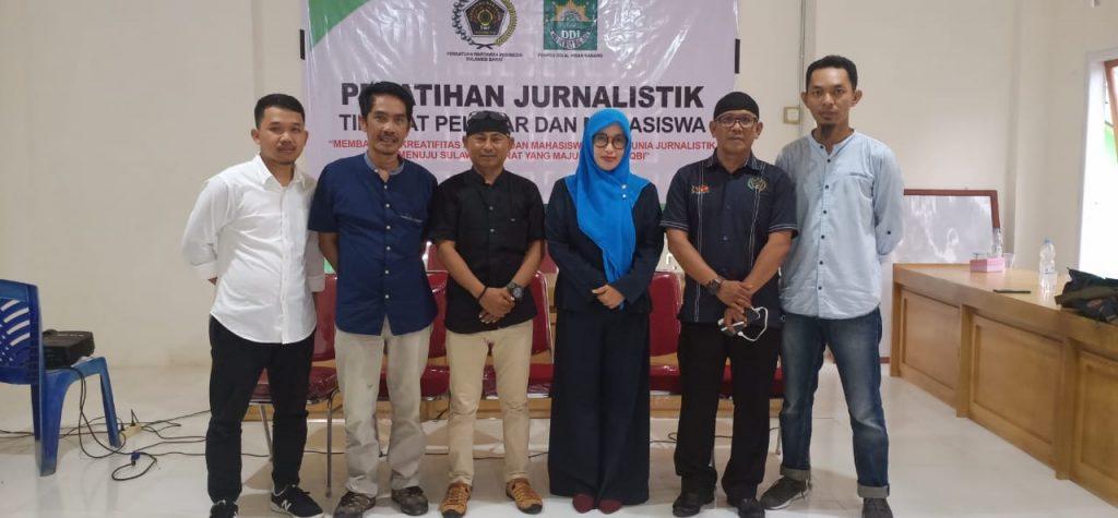 Membagi Ilmu Jurnalistik di Kaki Gunung Kanang, Polman