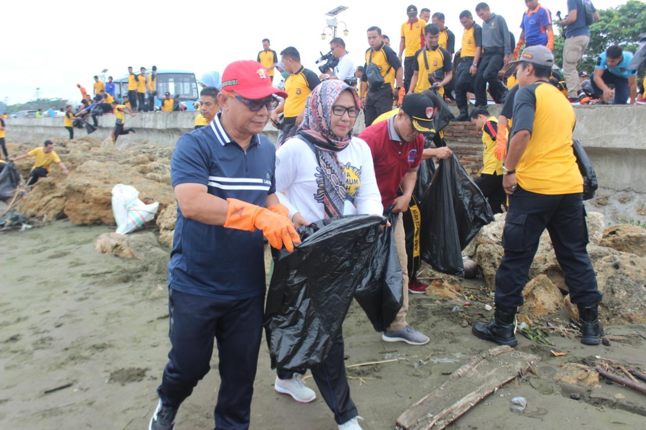 Mamuju Mapaccing, Polda Sulbar dan Pemda Bersihkan Pantai Jalan Arteri