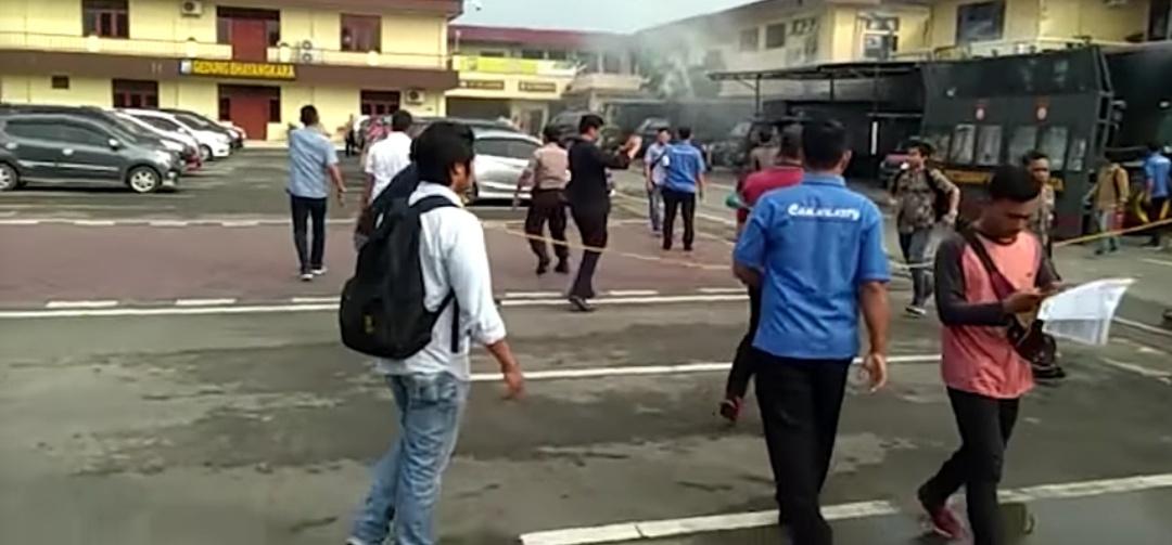 Gambar Warga Panik Usai Nom Meledak di Polrestabes Medan