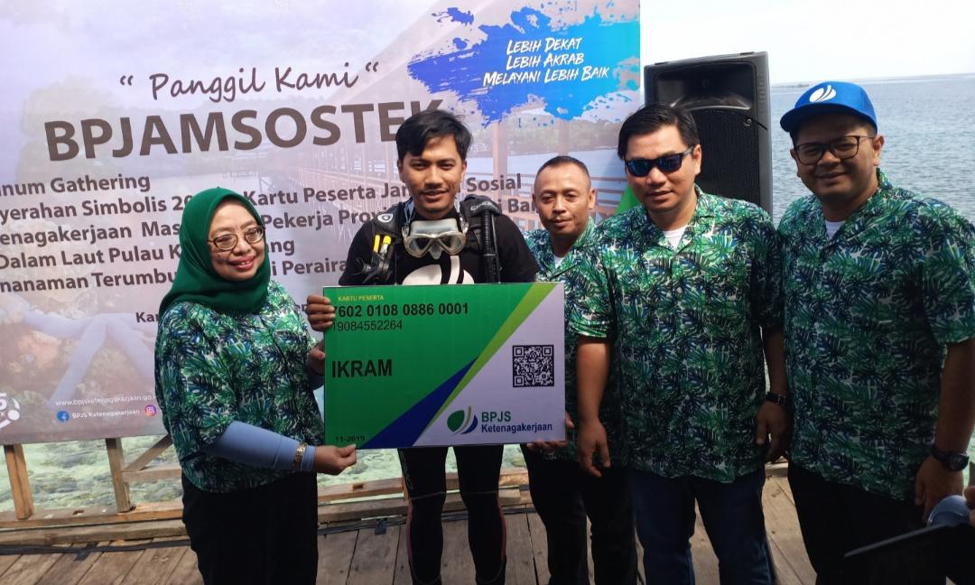 img BPJamsostek Sulbar Bagikan 20.035 Kartu Peserta Jaminan Sosial dan Penanaman Terumbu Karang di Pulau Karampuang