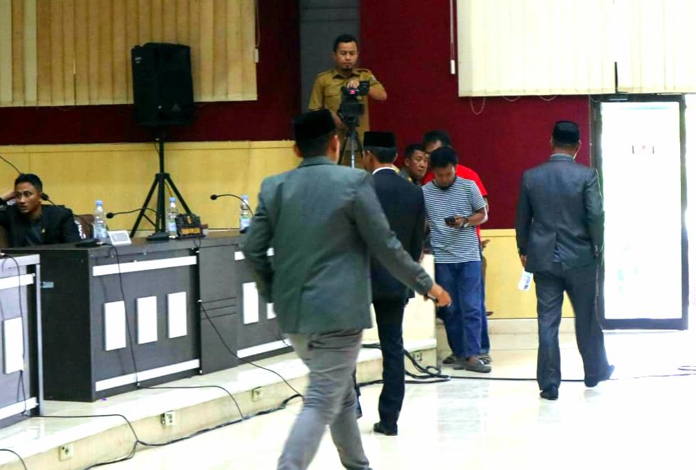 Tiga anggota DPRD Pasangkayu dari Fraksi Hanura melakukan aksi Walkout sebagai simbol tidak setuju pada pembahasan RAPBD 2020, Senin (02/12/2019)