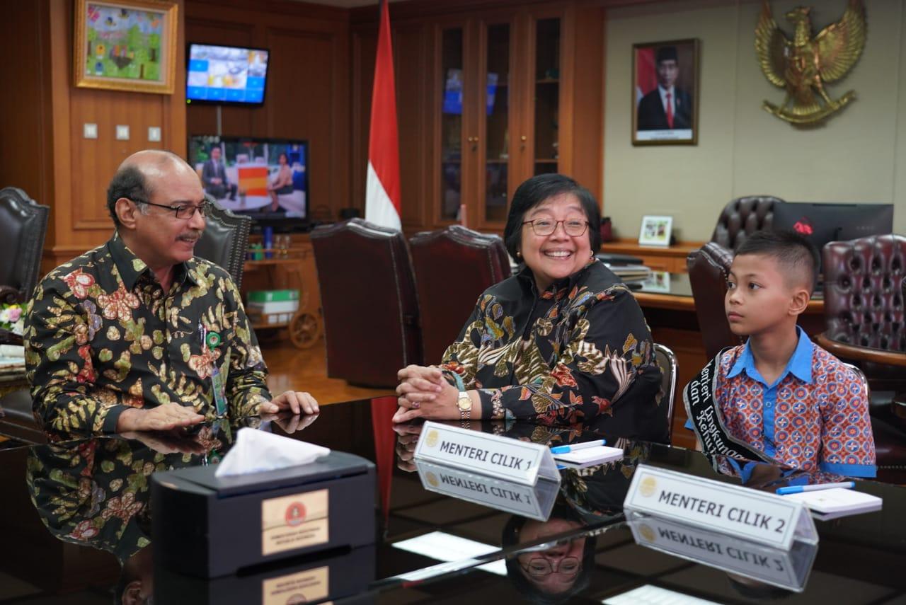 Gambar Bahagianya Menteri Siti Nurbaya Bertemu Menteri Cilik
