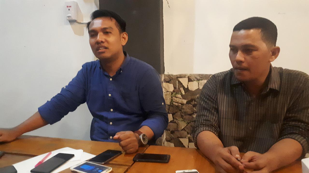 Irwin, SH (kiri) saat menggelar konferensi pers di salah satu warkop di Mamuju, Senin (02/12/2019).