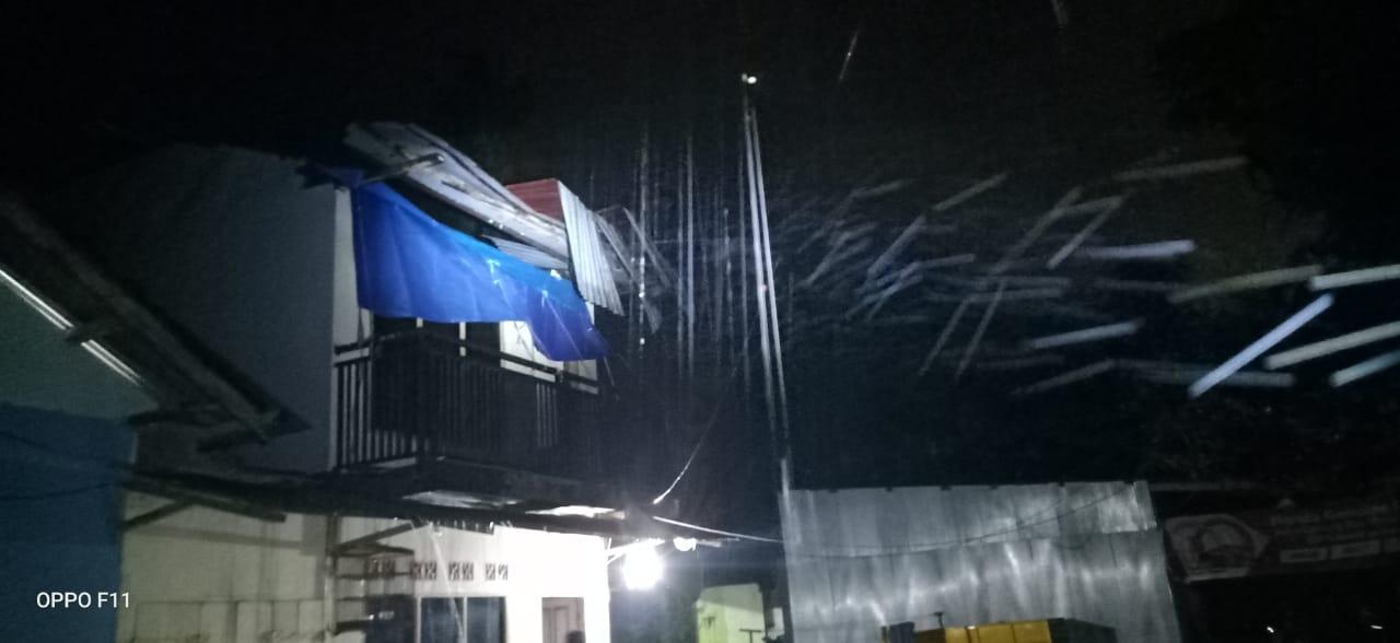 Gambar Atap Rumah Ini Terbang Disapu Angin Kencang. Pemuda Pancasila Ikut Bantu Korban