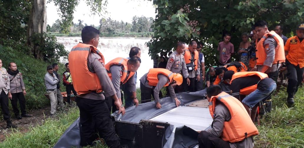 Gambar Dansat Brimob Pimpin Evakuasi di Sungai Karama Sampaga