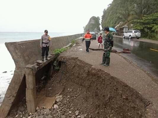 Gambar Ruas Jalan Trans Sulawesi di Pamboang Nyaris Terputus, Digerus Abrasi
