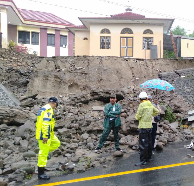 Gambar Sungai Saleppa Meluap, Penahan Tebing Kantor PA Majene Rubuh