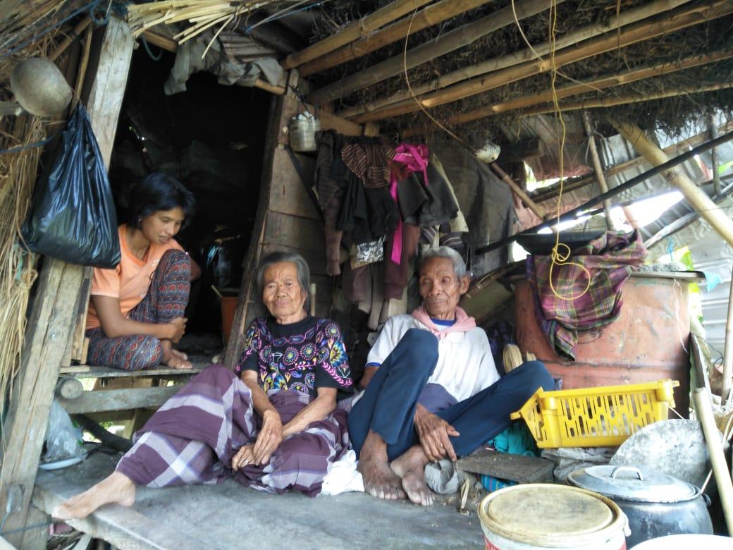 Gambar Aduh…Ada Pasangan Lansia, Cucu dan Cicit Tinggal di Satu Gubuk Reot