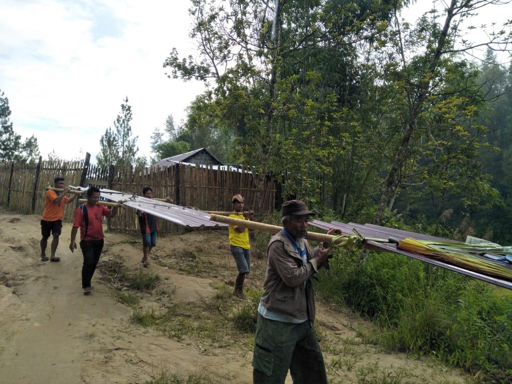 Gambar Ini Potret Lain Kabupaten Mamasa, Warga Pikul Material Rumah Ibadah Sejauh 3 Kilometer