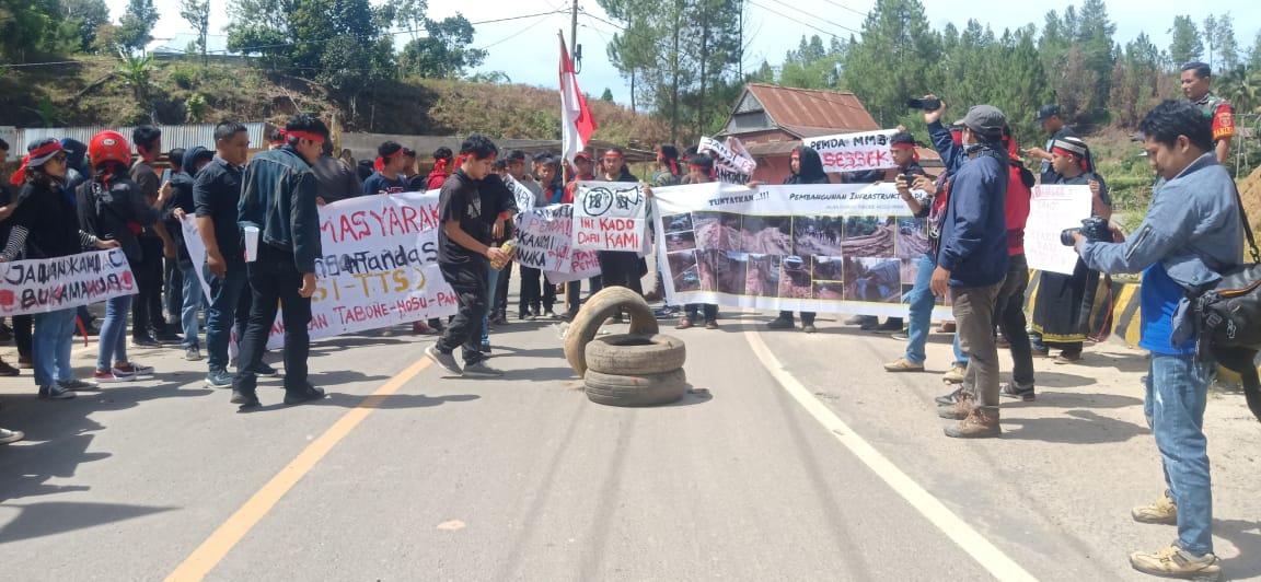 Gambar BREAKING NEWS : Ratusan Massa Wilayah Dua Mamasa Padati Jalan Poros Tuntut Perbaikan Jalan