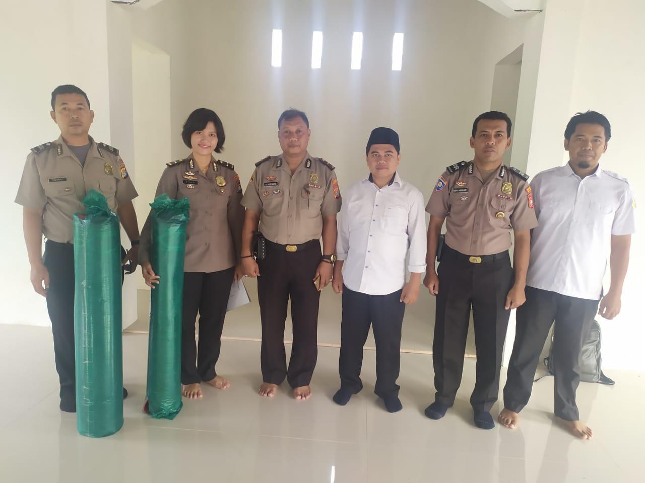 Gambar Satuan Binmas Polres Majene Sumbang Sajadah ke Masjid GLP Lembang