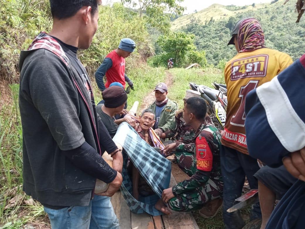 Gambar Warga Berusia 100 Tahun Dievakuasi TNI di Majene
