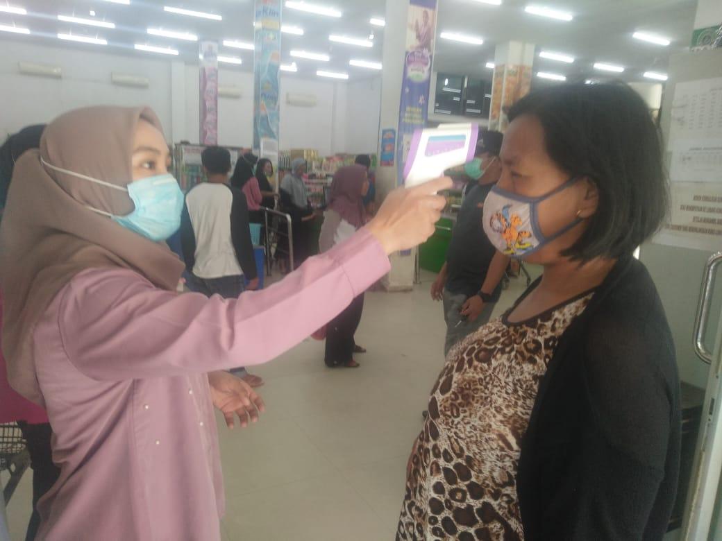Toko Subur Wajibkan Pelanggannya Memakai Hand Sanitizer