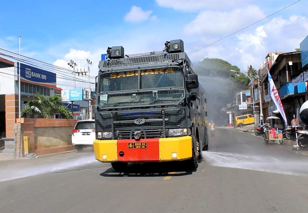 Cegah Corona, Polres Majene Gunakan AWC Semprot Disinfektan Dalam Kota
