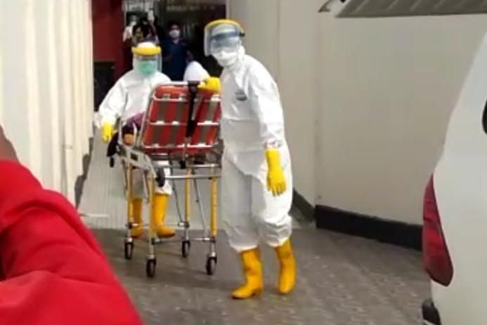 Video: Petugas Mengevakuasi Mahasiswi Asal Kabupaten Mateng di Bandara Tampa Padang