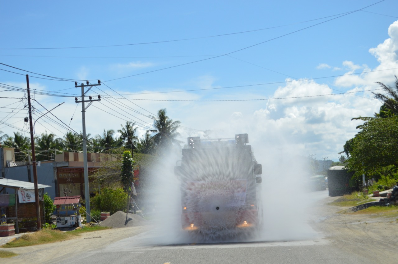 Di Pasangkayu, Polresnya Semprot Kota dengan Desinfektan